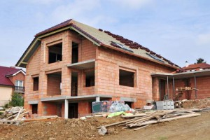 Budowa domu na bakier z prawem. Dlaczego nie opłaca się budować bez pozwolenia?